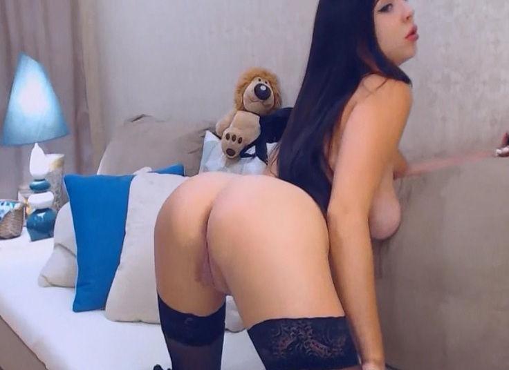 Hot Hot Webcam Girl Flashes Her Plum Ass